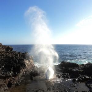 """Figura 2. Maui. Il geyser marino di Mokolea. Quando arriva un'onda piuttosto robusta, un canale naturale tra la lava della scogliera la """"spara"""" vero l'alto, attraverso un foro nella roccia."""