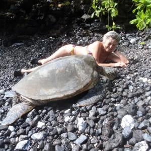 Figura 17. Maui. Mia moglie sta chiacchierando con un'amica marina molto assonnata.