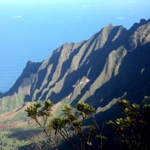 Figura 32. Kauai. La spettacolare vista della Na Pali Coast dall'alto dei 1400 metri del Puu Point. Vale da sola il viaggio! Bisogna arrivarci tra le 8-8:30 e le 9:30-10 del mattino: prima vi è nebbia e dopo si formano le nuvole e… addio!
