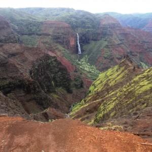 Figura 37. Kauai. Le cascate Waipea, con i loro duecento metri di doppio salto, caratterizzano il Waymea Canyon.
