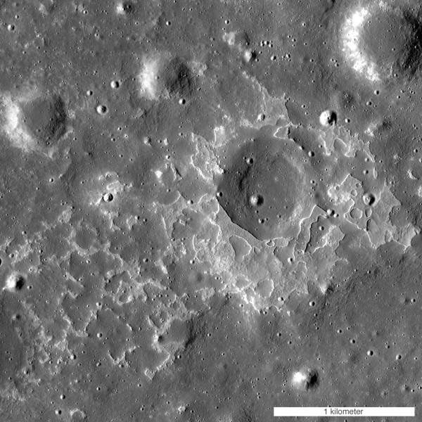 Uno dei tanti depositi vulcanici recenti, scoperti sulla Luna dal LRO. Questo è vicino al cratere Maskelyne (forza cari astrofili, cercate di fotografarlo o almeno di vederlo!) Fonte: NASA/GSFC/Arizona State University.