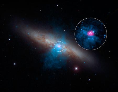 """Nell'immagine si vede il fascio X ad alta energia (magenta) che proviene """"soltanto"""" da una pulsar. L'immagine è ottenuta per mezzo di tre telescopi. La galassia in generale è ripresa nel visibile attraverso il 2.1 metri di Kitt Peak. I dati X a bassa energia (blu) sono quelli di Chandra; Gli X ad alta energia (violetto) sono quelli di NuSTAR. Fonte: NASA/JPL-Clatech/SAO/NOAO."""