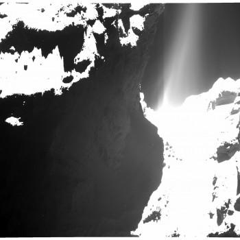 """La cometa osservata il 20 ottobre da un distanza di 7 km. Si vede molto bene il getto """"puzzolente"""" che esce dal """"collo"""".  Fonte: ESA/Rosetta/MPS for OSIRIS Team MPS/UPD/LAM/IAA/SSO/INTA/UPM/DASP/IDA"""