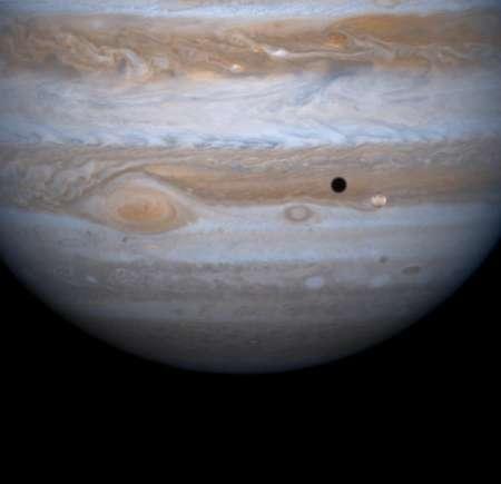 giove-eclisse-solare-di-io-sulla-superficie-del-pianeta