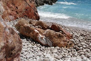 Figura 2. Sassi che il mare ha consumato…: bellissimi ellissoidi a tre assi!