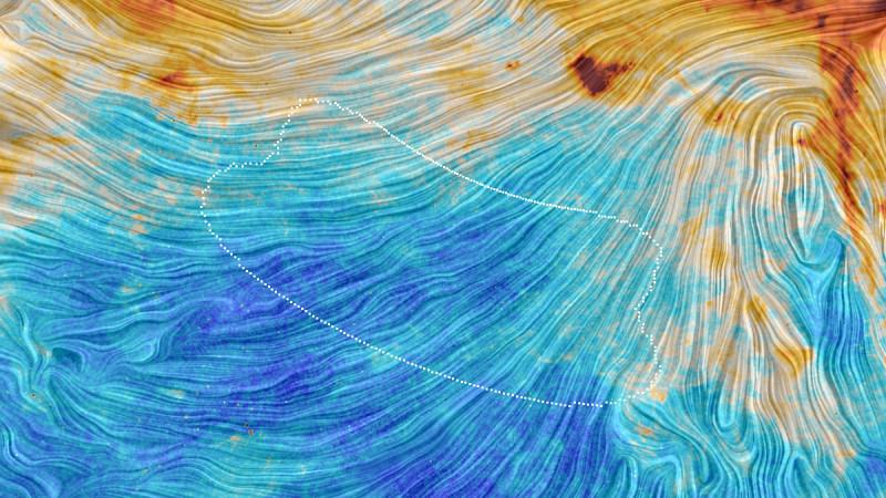 I colori di questa immagine di Planck rappresentano le emissioni dovute alla polvere galattica. Una componente molto diffusa, ma fondamentale, che pervade la nostra casa cosmica (la QED ci andrebbe a nozze!). La struttura indica chiaramente un orientamento legato al campo magnetico galattico, ricostruito proprio attraverso la polarizzazione della luce osservata. Polvere, solo polvere, e non onde gravitazionali… Fonte: ESA/Planck Collaboration