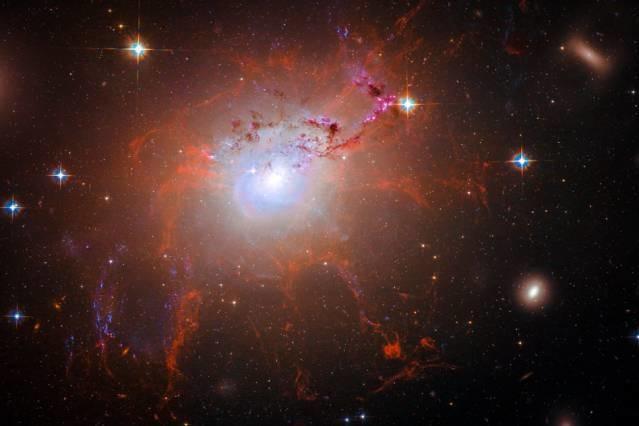 La galassia NGC 1275, ammasso del Perseo, ripresa da Hubble, mostra chiari filamenti che si protendono verso l'esterno. Essi sono la pioggia fredda che cade verso il buco nero e che permette, poi, la fuoriuscita di materia caldissima che riscalderà tutto il gas che circonda la galassia e non solo. L'ammasso del Perseo è a cuore freddo. Fonte: NASA (Jose-Luis Olivares/MIT)