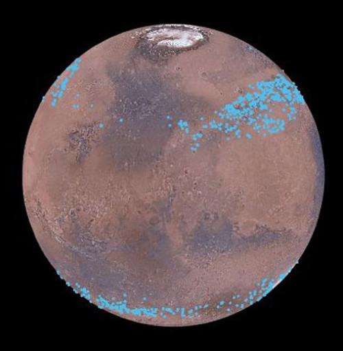 """I ghiacciai """"nascosti"""" di Marte si collocano a latitudini medie e sono coperti dalla polvere. Solo le osservazioni radar li hanno scoperti e studiati. Fonte: Mars Digital Image Model, NASA/Nanna Karlsson."""