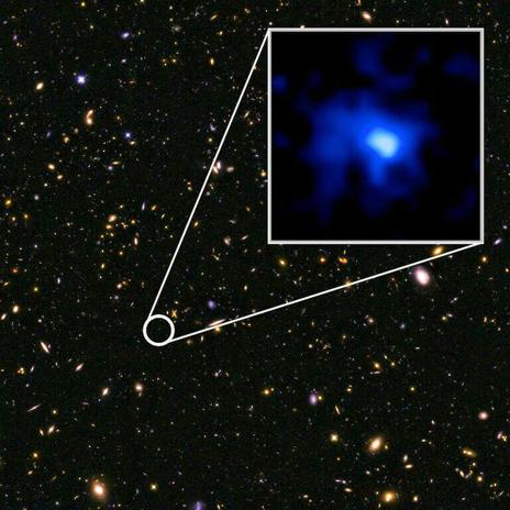 """La galassia EGC-zs8-1 stabilisce un nuovi record di """"giovinezza"""" galattica. Essa è stata scoperta dalla campagna osservativa CANDELS di Hubble. Fonte: NASA, ESA, P. Oesch, e I. Momcheva, e 3D-HST e HUDF09/XDF teams."""