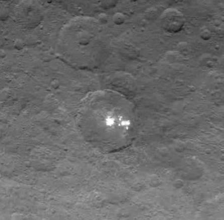 Macchie bianche di Cerere, riprese il 16 maggio da una distanza di 7200 km. Fonte: NASA/JPL-Caltech/UCLA/MPS/DLR/IDA