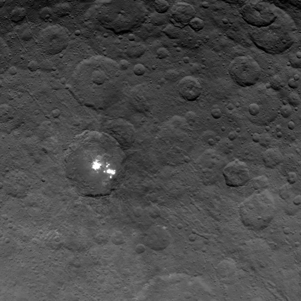 Il cratere con le macchie bianche ripreso il 6 giugno da 4400 km d'altezza (risoluzione di circa 400 m per pixel). Fonte: NASA/JPL-Caltech/UCLA/MPS/DLR/IDA