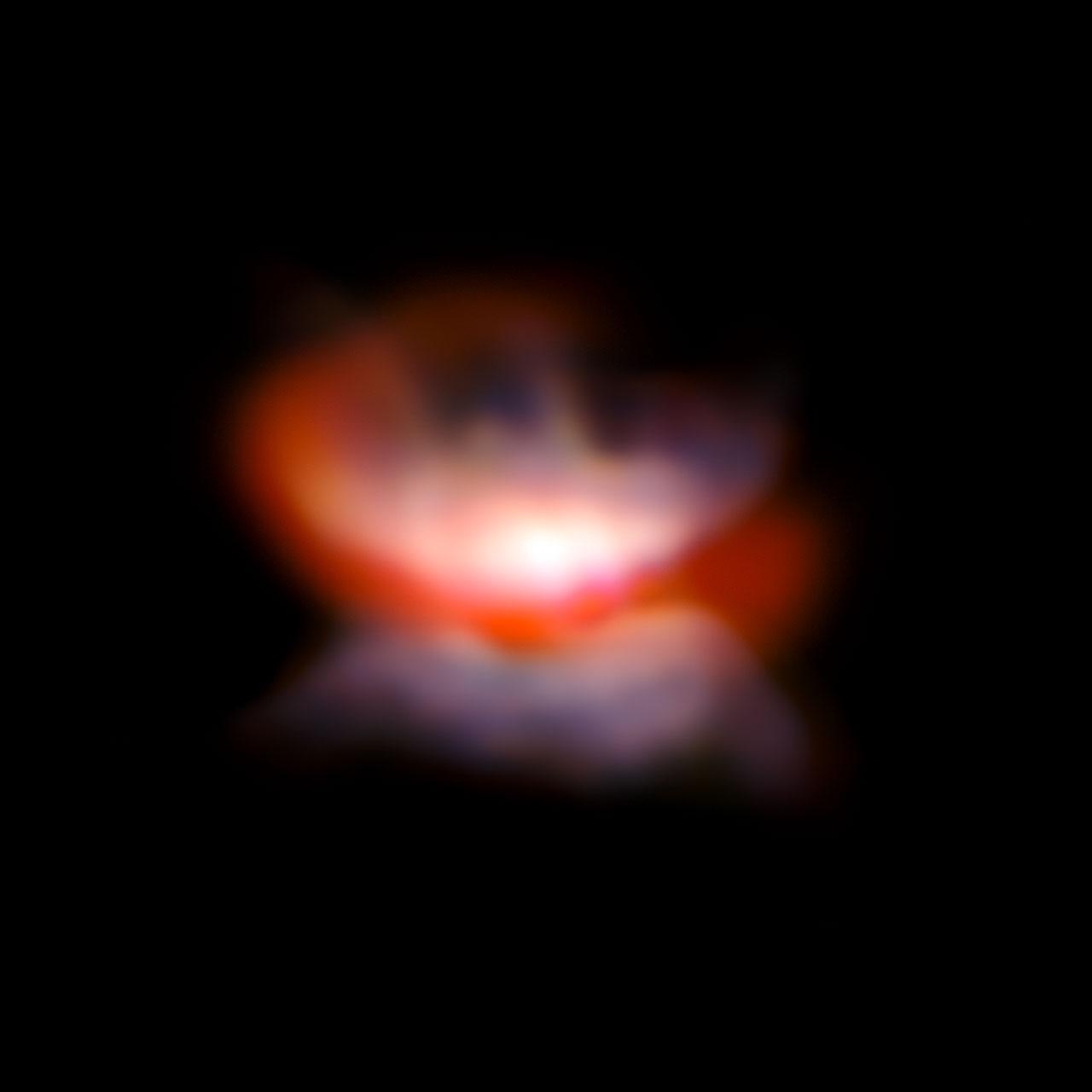 Una stella gigante rossa sta formando la sua nebulosa planetaria. La presenza di una compagna l'aiuta nella nascita di una bellissima farfalla che tra non molto spiegherà le sue ali. Fonte: ESO/P. Kervella
