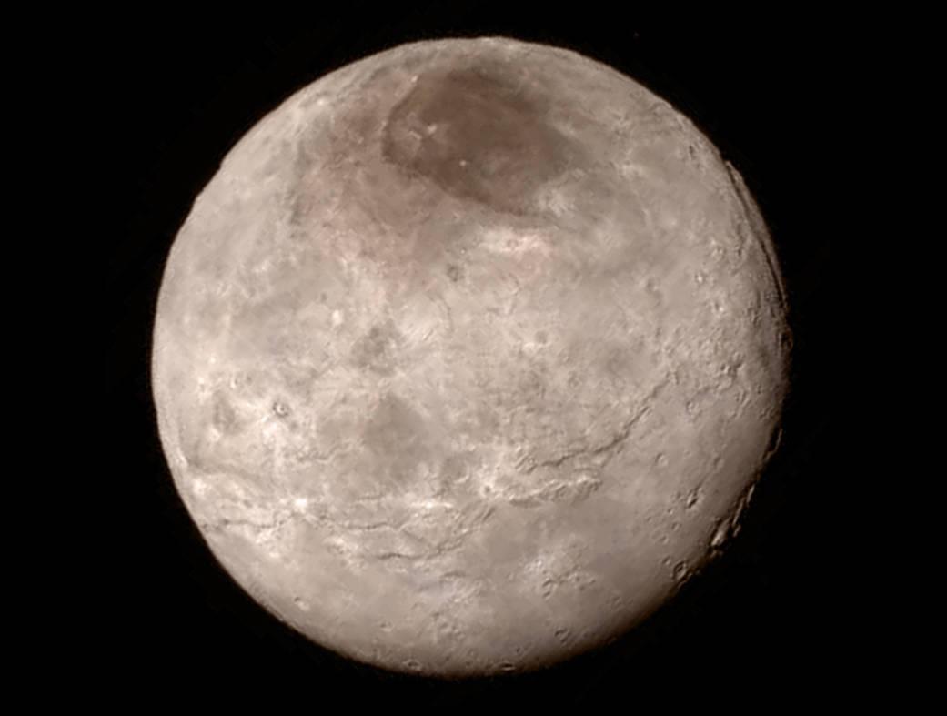 Caronte è un oggetto decisamente giovane. Molto interessante è la zona scura dovuta, probabilmente, a depositi di ghiaccio diverso o di polvere scura. Un tesoro da scoprire! Fonte: NASA-JHU APL-SwRI