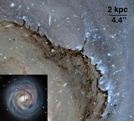 Il bordo che avanza della stessa galassia. Si notano molto bene i pilastri della distruzione dovuti alla pressione d'ariete. Fonte: NASA, ESA e Roberto Colombari.
