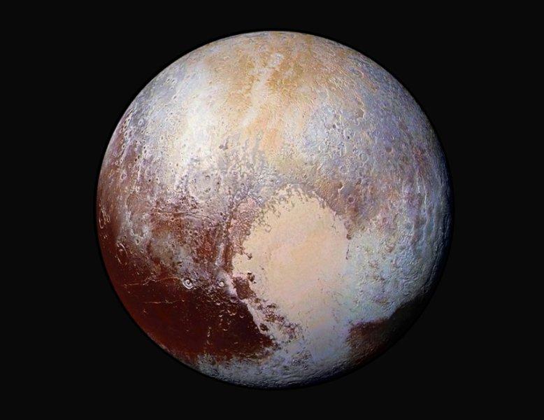 La superficie di Plutone deve essere analizzata dettagliatamente per scoprire la fonte che immette azoto nell'atmosfera . La variabilità del colore della superficie è di grande aiuto per riconoscere il diverso tipo di composizione chimica e risalire alle zone possibilmente ancora attive. Fonte: NASA/JHUAPL/SwRI
