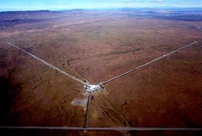 Il LIGO dell'Hanford Observatory con i suoi bracci di 4 km ciascuno.
