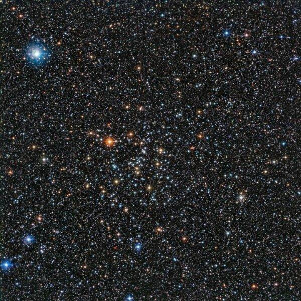 Il telescopio da 2.2 metri dell'ESO ha ripreso l'ammasso aperto IC 4651, ciò che resta di una nazione stellare ben più ricca e numerosa che ha subito continue e pesanti migrazioni di massa. Fonte: ESO.