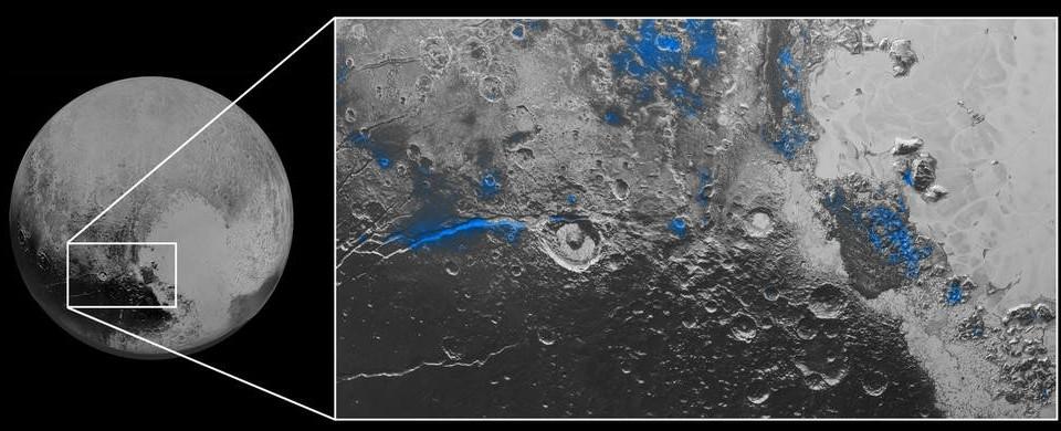 Il ghiaccio d'acqua su Plutone. Non è acqua liquida, d'accordo, ma ha un interesse enorme, soprattutto perché si manifesta solo in alcune zone di color rosso. Queste regioni sono state colorate di blu. E' interessante notare come queste, probabilmente zone esposte, originariamente coperte da altro ghiaccio, si notano vicino a crateri d'impatto e a valli tra montagne. Fonte: NASA/JHUAPL/SwRI