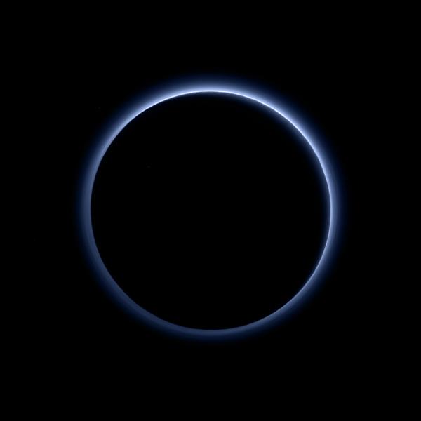 Il cielo blu di Plutone visto dalla sonda che si sta allontanando dal pianeta, nano o non nano che sia. Qualcosa di molto simile all'alta atmosfera di Titano. L'immagine si riferisce a una combinazione d'informazioni nel blu, nel rosso e nel vicino infrarosso, in modo da simulare quasi perfettamente ciò che vedrebbe l'occhio umano in quella situazione. Fonte: NASA/JHUAPL/SwRI