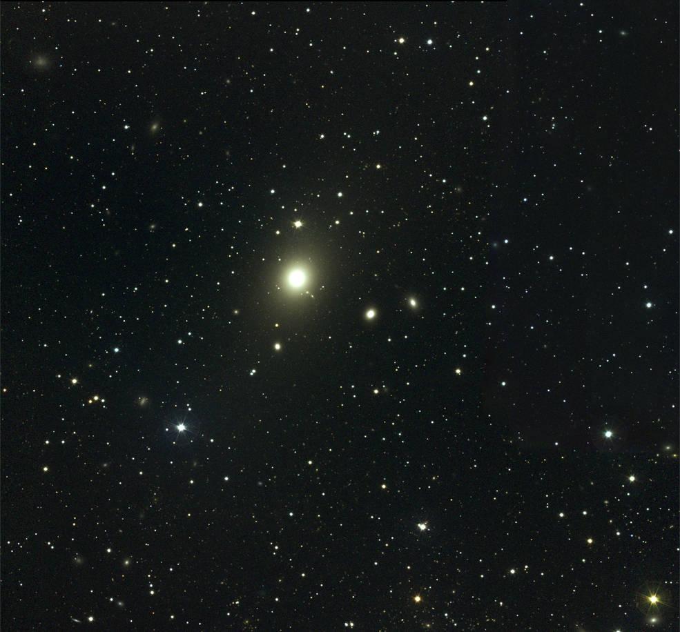 La parte centrale dell'ammasso della Vergine in luce visibile. L'oggetto più luminoso è la galassia ellittica gigante M87. Fonte: NOAO/AURA/NSF