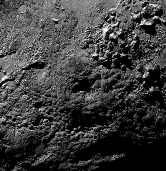 Uno dei due possibili vulcani scoperti su Plutone. Esso è largo circa 100 km ed è alto 4000 metri. Si nota bene la depressione sommitale con fratture concentriche. Fonte: NASA/Johns Hopkins University Applied Physics Laboratory/Southwest Research Institute