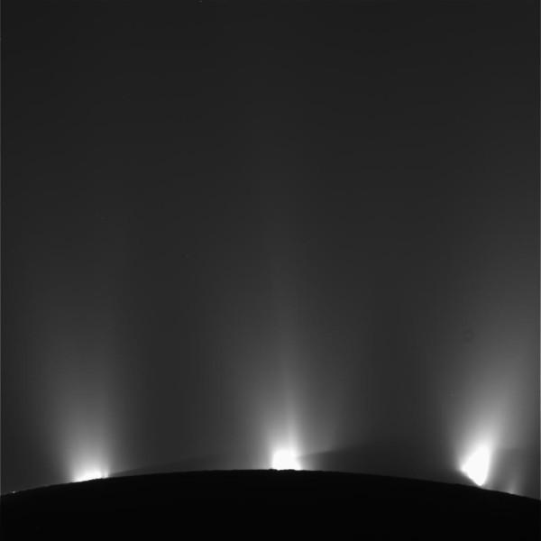 Luci nella notte. I geyser ci chiamano a gran voce. Fonte: NASA/JPL-Caltech/SSI