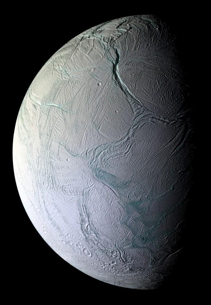 """Le spaccature del polo sud, da cui fuoriesce il vapore dei geyser. Il colore azzurro è dovuto alla """"grana"""" più grande delle particelle depositate al suolo. Fonte: NASA/JPL-Caltech/SSI"""