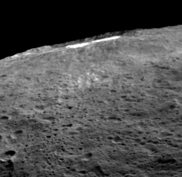 Immagini del cratere Occator come questa hanno permesso di notare una leggera nebbiolina durante le ore più calde. Fonte: NASA/JPL-Caltech/UCLA/MPS/DLR/IDA.