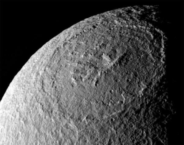 Visione ravvicinata del gigantesco cratere Odisseo. Si nota bene che il fondo cerca di imitare al meglio la superficie del satellite. Fonte: NASA/JPL-Caltech/Space Science Institute