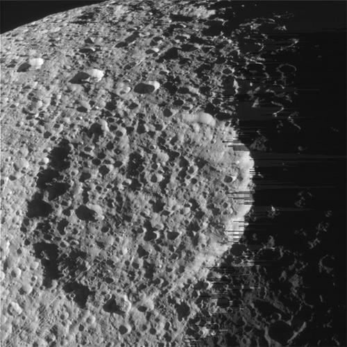 Un'immagine che mostra l'intensa craterizzazione di teti. Il vecchio cratere è stato letteralmente distrutto da quelli più piccoli successivi. Fonte: NASA/JPL-Caltech/Space Science Institute