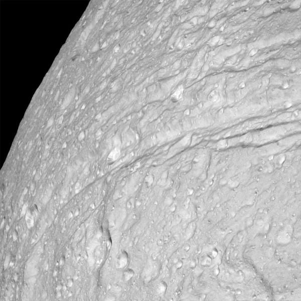 Una visione ravvicinata della valle circolare che è larga anche 100 km e sprofonda per 3000 metri. Fonte: NASA/JPL-Caltech/Space Science Institute