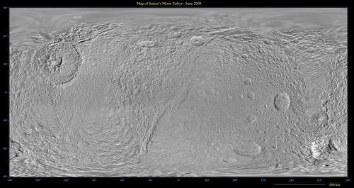 La mappa totale di teti mostra molto bene il cratere Odisseo e la valle circolare Ithaca Chasma. Fonte: Una visione ravvicinata della valle circolare che è larga anche 100 km e sprofonda per 3000 metri. Fonte: NASA/JPL-Caltech/Space Science Institute