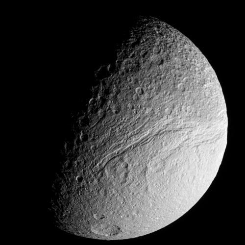 Una parte della enorme valle chiamata Ithaca Chasmaa, dalla forma circolare, che avvolge quasi l'intero corpo planetario. Fonte: NASA/JPL-Caltech/Space Science Institute
