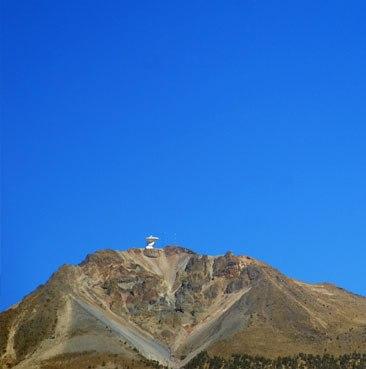 La montagna isolata sulla cui cima si vede chiaramente il LMT