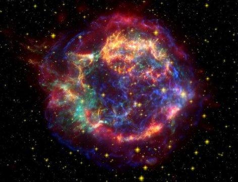 Puntate… mirate … fuoco! La corazzata cosmica ha individuato un bersaglio molto interessante. Peccato che sia abitato da una razza molto evoluta… O, forse, ha scaricato i suoi cannoni proprio per questo e per innescare una rivoluzione naturale? Si fa per scherzare, ovviamente! Fonte: NASA/JPL-Caltech
