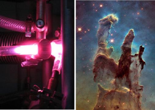 """Investire con luce ultravioletta materiale pre-cometario (sinistra) riproduce ciò che capita nell'evoluzione naturale del ghiaccio interstellare osservato nelle nubi molecolari come i celebri """"pilastri della creazione"""" (a destra). Il risultato è un mattone fondamentale della vita, il ribosio, praticamente la R del RNA..Fonte: L. Le Sergeant d'Hendecourt (CNRS) e NASA, ESA, e Hubble Heritage Team (STScI/AURA)"""