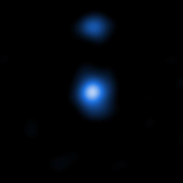 """L'immagine centrale mostra uno dei due possibili """"semi"""" di buchi neri supermassicci. Essa è stata ottenuta da Chandra e le sue proprietà nei raggi X confermano molto bene le previsioni del modello costruito dal gruppo italiano. Fonte: NASA/CXC/Scuola Normale Superiore/Pacucci"""