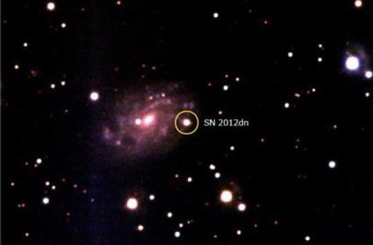 Un'immagine ottenuta, attorno alla supernova, di tipo Ia, SN 2012dn, con il Kanata Telescope all'Osservatorio di Higashi-Hiroshima. La supernova è al centro dell'immagine e la sua galassia è alla sua sinistra. La distanza della galassia è ben conosciuta: 130 milioni di anni luce. Fonte: Higashi-Hiroshima Observatory