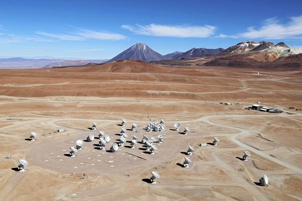 Una splendida vista aerea di ALMA, un fantastico occhio-radio dell'uomo (quando vuole ci sa fare...)