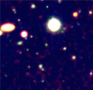 Una galassia veramente antica, la cui luce è riuscita a farsi largo nell'idrogeno neutro grazie al suo motore centrale. Fonte: ESO