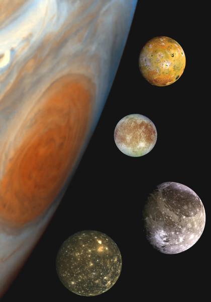 """""""Ritratto di famiglia"""" di Giove con in primo piano la Grande Macchia Rossa (una tempesta nella sua atmosfera che dura da almeno 300 anni, forse più) e i suoi più grandi satelliti, gli astri medicei scoperti da Galileo nel 1610: dall'alto verso il basso: Io, Europa, Ganimede e Callisto"""