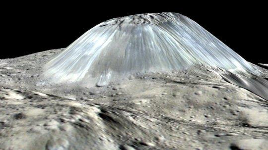 Una simulazione a bassa altezza del monte Ahuna, alto 5-6000 metri (l'altezza è stata aumentata di un fattore due). Fonte: NASA/JPL-Caltech/UCLA/MPS/DLR/IDA/PSI.