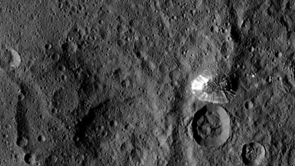Il monte Ahuna visto dalla sonda Dawn. Fonte: NASA/JPL-Caltech/UCLA/MPS/DLR/IDA