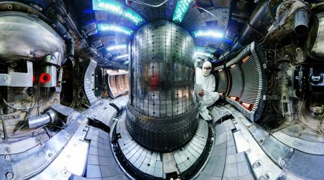 L'interno del tokamak Alcator C-Mod del MIT di Boston (chiuso a settembre…) che ha recentemente ottenuto il record di pressione raggiunta. Fonte: Bob Mumgaard/Plasma Science and Fusion Center.
