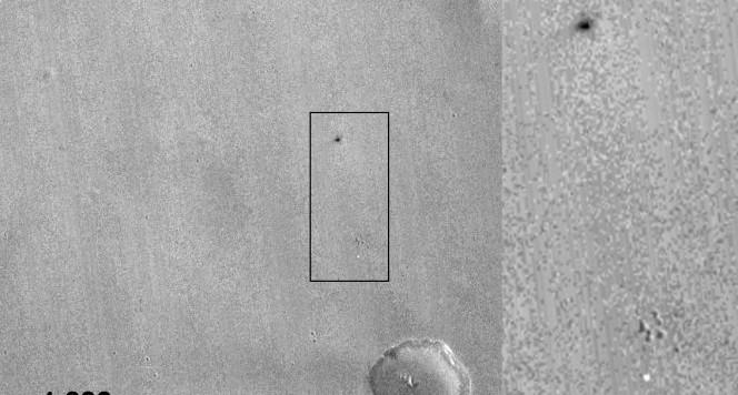Questa  volta il lander è stato ritrovato subito, ma in condizioni non certo ideali. Nell'immagine si vedono sia il paracadute che il piccolo cratere creato dalla sonda Schiapparelli. Fonte: NASA/JPL-Caltech/MSSS