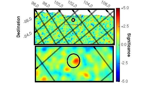 La scoperta della controparte gamma di FRB 131104, in un campo largo (sopra) e in uno zoom (sotto). Il cerchietto nero indica la posizione in cui stava ascoltando il radiotelescopio. Al suo centro vi è un solo segnale gamma rosso (ossia a probabilità  altissima di essere veritiero). L'esposizione di Swift è durata 300 secondi ed è iniziata 7 secondi prima di quella radio.  Fonte:  J. J. DeLaunay / Penn State University