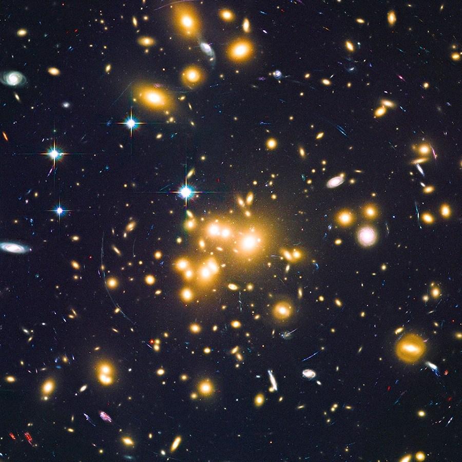 Il grande ammasso galattico Abell 1689 è uno di quelli scelti per scoprire galassie deboli, rese visibili attraverso l'effetto lente gravitazionale. Fonte: NASA, ESA, B. Siana, and A. Alavi