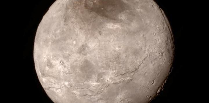 Quando Caronte si trova tra il Sole e Plutone, riesce a ridurre di molto la perdita di atmosfera del suo compagno più grande, prevista a causa del vento solare. Fonte: NASA-JHUAPL-SwRI.
