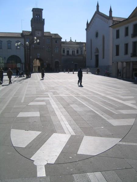 Oderzo_piazzagrande_meridiana