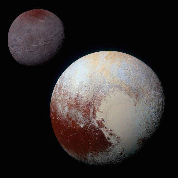 """L'immagine riunisce Plutone e Caronte, ripresi da New Horizon e mostra chiaramente caratteristiche superficiali che confermano processi estremamente complessi avvenuti nel corso di miliardi di anni. Il loro interesse fondamentale è assicurato, senza bisogno di chiamarli nuovamente """"pianeti"""". Fonte: NASA/JHUAPL/SwRI"""
